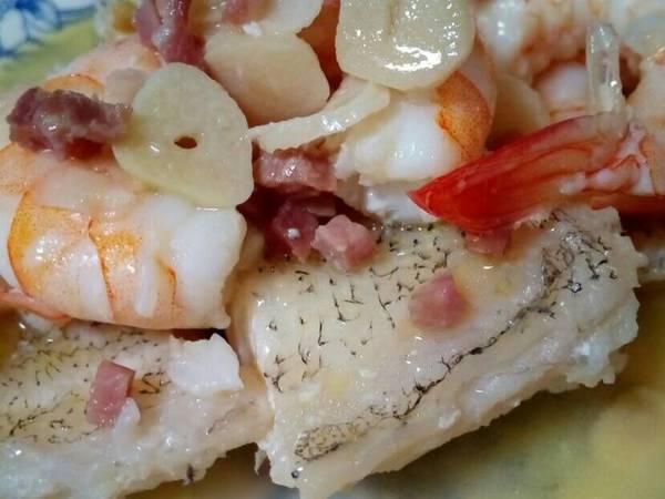 Bacalao guisado con langostinos, ajetes y jamón