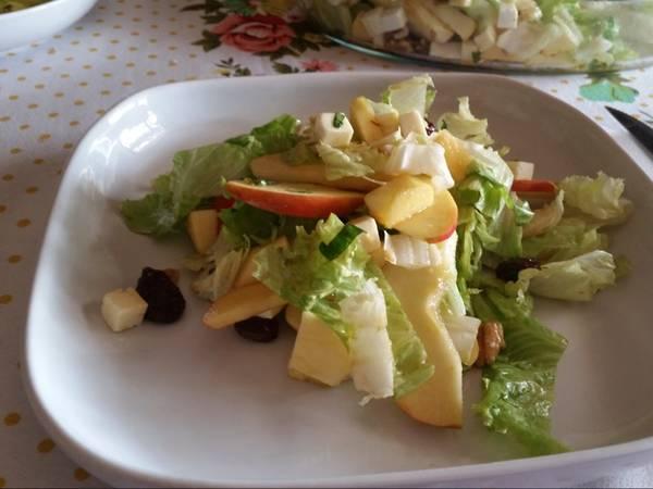 Ensalada de manzana con frutos secos y queso fresco