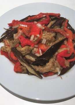 Guarnición de berenjenas y pimientos rojos