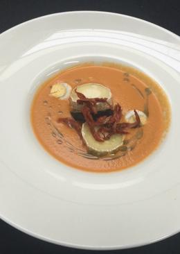 Sopa de tomate templada con queso, berenjena y albahaca