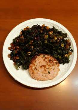 Habas de soja germinada con kale y hamburguesa de pollo