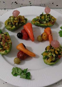 Aguacates rellenos de pimientitos y tomatitos de colores asados