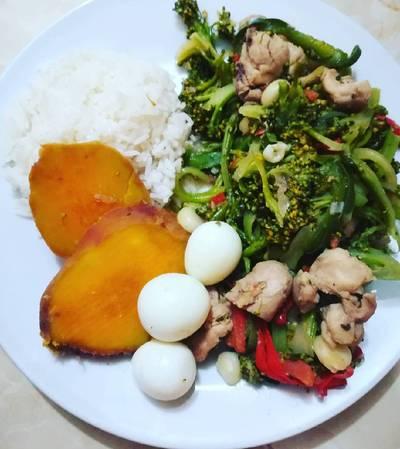 Saltado de brócoli con pollo