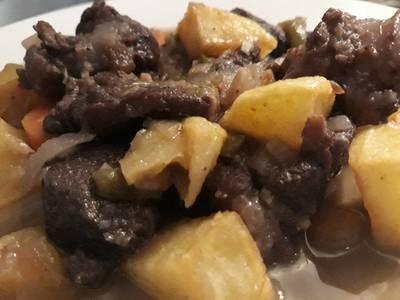 Carne estofada con patatas