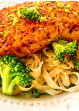 Noodles de arroz con brócoli y salmón