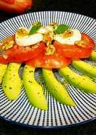 Ensalada de queso de Burgos de Arias con aguacate y tomate