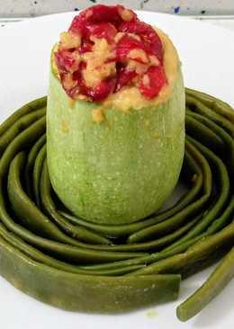 Calabacines rellenos de pimientos fritos y queso con judías verdes al vapor