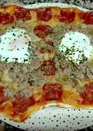 Pizza de chorizo, huevo y atún