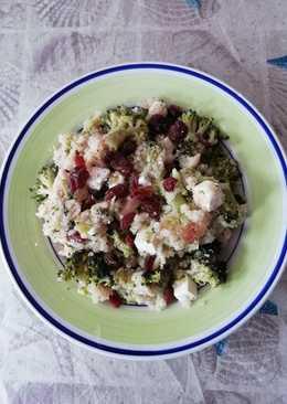 Ensalada de quinoa, brócoli, piñones, queso feta y pasas