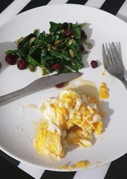 Acelgas con huevos revueltos y miel