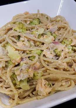 Espaguetis integrales con brócoli, salmón y nata al aroma de lima