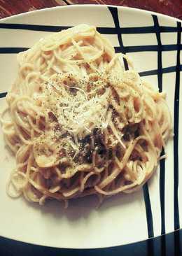 Espaguetis con bechamel de apio y parmesano