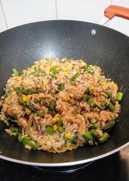 Salteado aromático de tres arroces con gambas y trigueros en wok