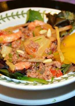 Ensalada de piña, langostinos, mango y carne de cerdo