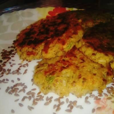 Croquetas de arroz integral, con lechuga, choclo y nueces. 👍👌