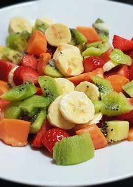 Ensalada de frutas con queso, canela y leche condensada