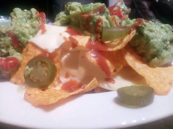 Nachos con guacamole y queso