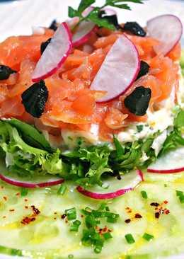 Carpaccio de pepino, mix de lechugas, salsa tártara con salmón marinado y ajo negro