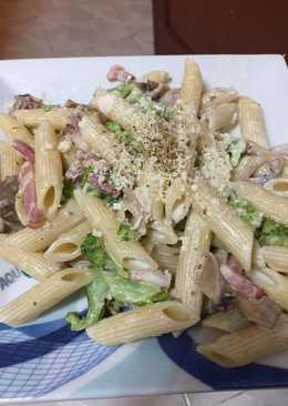 Macarrones a la carbonara con brócoli y champiñones