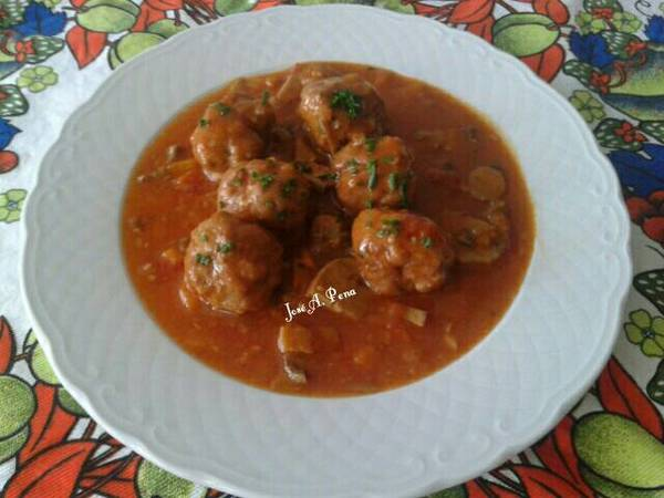 Albóndigas de carne mixta en salsa Española
