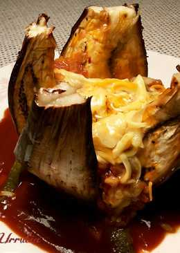 Berenjena rellena al horno, con salsa de picadillo de tomate y queso