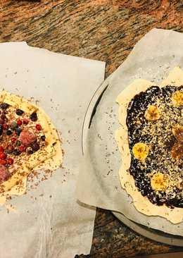 Pizzas caseras de plátano y chocolate con almendras... y de frutas del bosque y chocolate blanco.