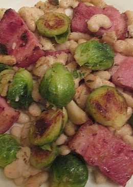 Coles deBruselas con alubias y panceta de cerdo crujiente