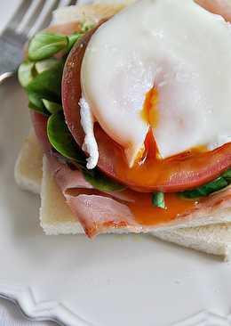 Tostadas con huevos escalfados y jamón