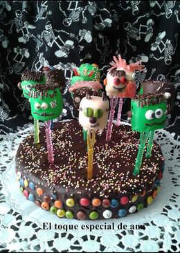 Tarta con cobertura de chocolate con pequeños Frankenstein