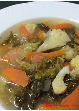Sopa Detox de repollo, coliflor, zanahoria y cebolla