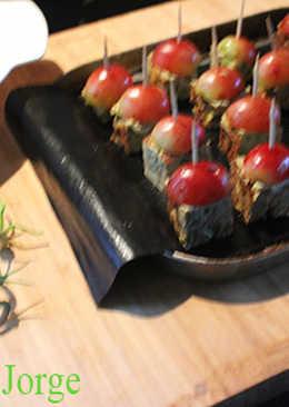 Pinchos de tortilla de habas con uvas