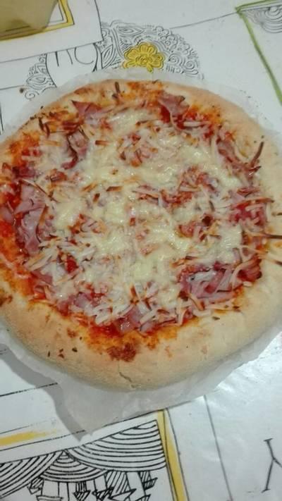 Pizza de jamón york glaseado y beicon con el borde relleno de queso