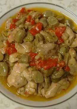 Contramuslos de pollo con habitas y pimientos