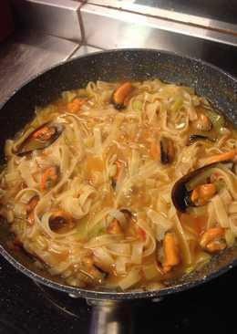 Noodles con mejillones y ajos tiernos