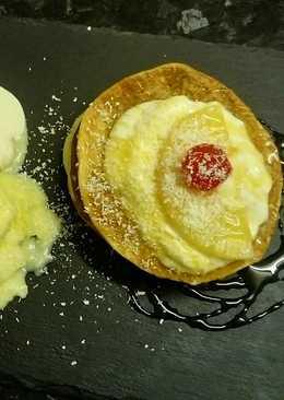 Milhojas de helado de piña, coco rallado y miel