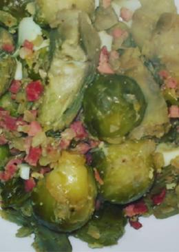 Salteado de coles de Bruselas y alcachofas con jamón