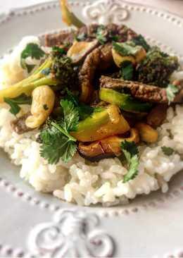 Ternera con verduras, salsa de soja y anacardos