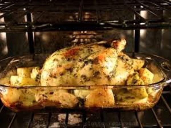 Pollo al horno en salsa de perejil y limón