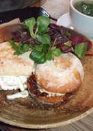 Bocadillo de queso frito y mermelada, con jamón ibérico