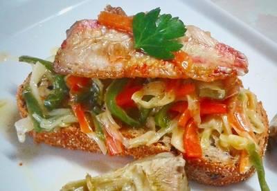 Tosta de filetes de salmonete con pisto