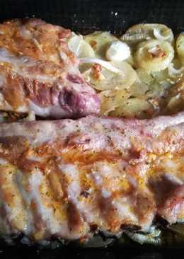 Costillas con cama de patatas y cebolla