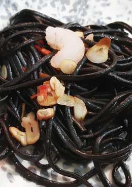 Espaguetis negros, ajo aceite, guindilla (spaghetti aglio e olio
