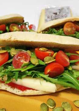 Molletes con queso de oveja, rúcula, mermelada de pimiento y semillas