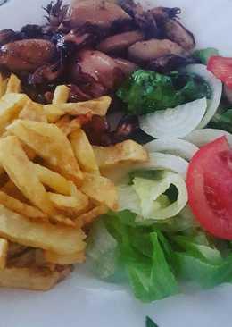 Chipirones a la plancha con salsa verde, patatas y ensalada