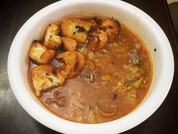Sopa de Carne y Vegetales con Pan Frito
