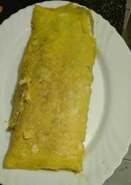 Rollo de tortilla francesa rellena de jamón de york queso bacon y berenjenas
