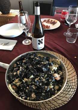 Nido festonatto al nero di sepia con salsa de gambas y caviar
