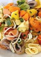 Pasta de colores con mariscos y calabacín