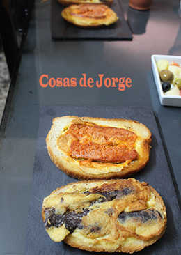 Rebanadas de pan de payés con chorizo y tortilla