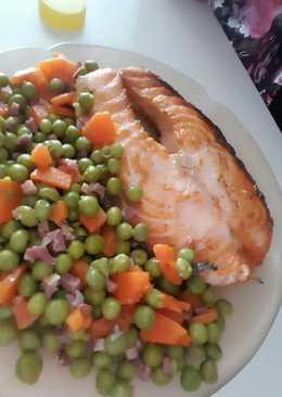 Salmón a la plancha con guisantes, zanahoria y jamón